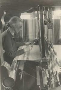 1935 etwa Anna Happach am Webstuhl